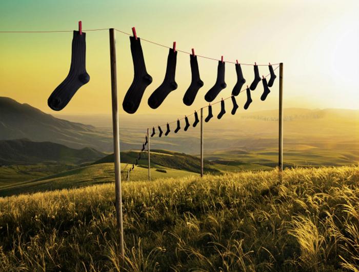 Línea de calcetines sobre un campo verde