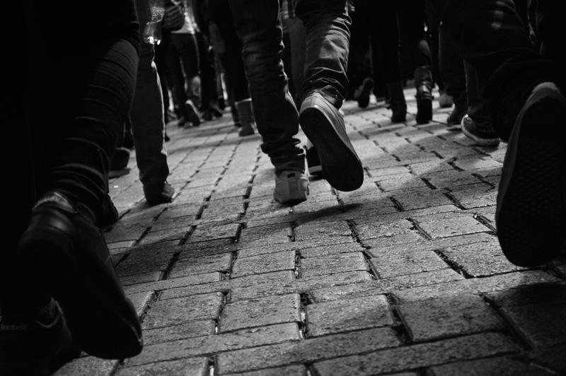 Imagen de las piernas de gente caminando para ilustrar el microrrelato que versa sobre el destino
