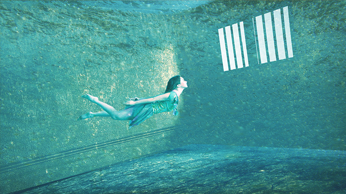 Imagen de mujer flotando en una piscina con barrotes, para el relato Tilikum