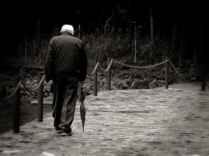 Abuelo de espaldas para ilustrar el relato jubilación en diferido