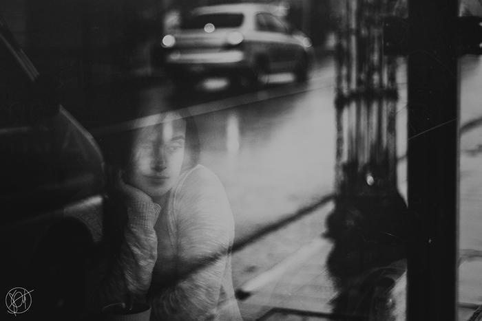 """Fotografía mujer a través de ventana para ilustrar el relato """"Retazos de una vida cualquiera"""""""