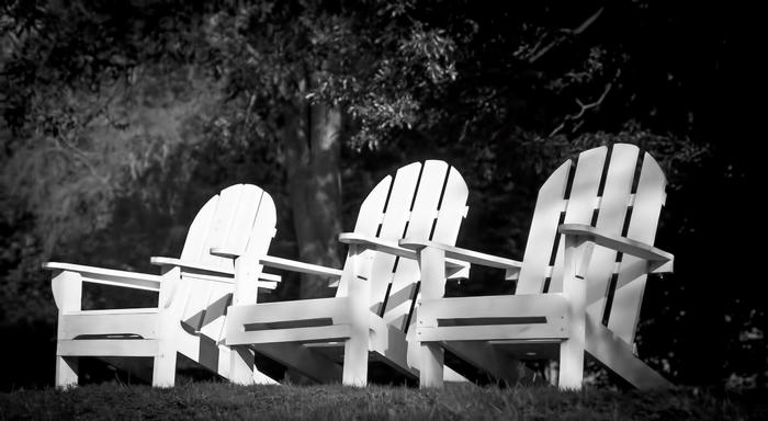 Tres sillas vacías para ilustrar el relato Alhajas