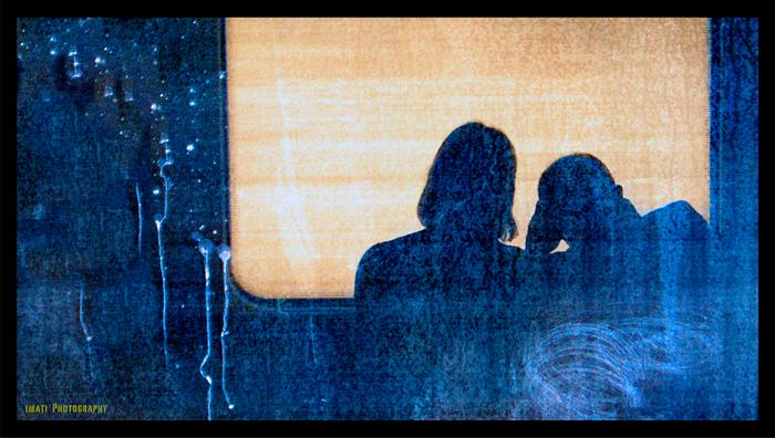 Reflejo de una pareja en un tren para ilustrar el relato Un país de maravillas