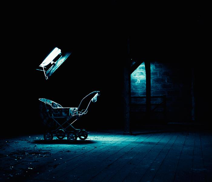 """Carrito en habitación oscura para ilustrar """"Una nana para Ariadna"""""""