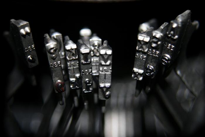 Letras de una máquina de escribir para una reflexión sobre las desdichas de querer ser escritor
