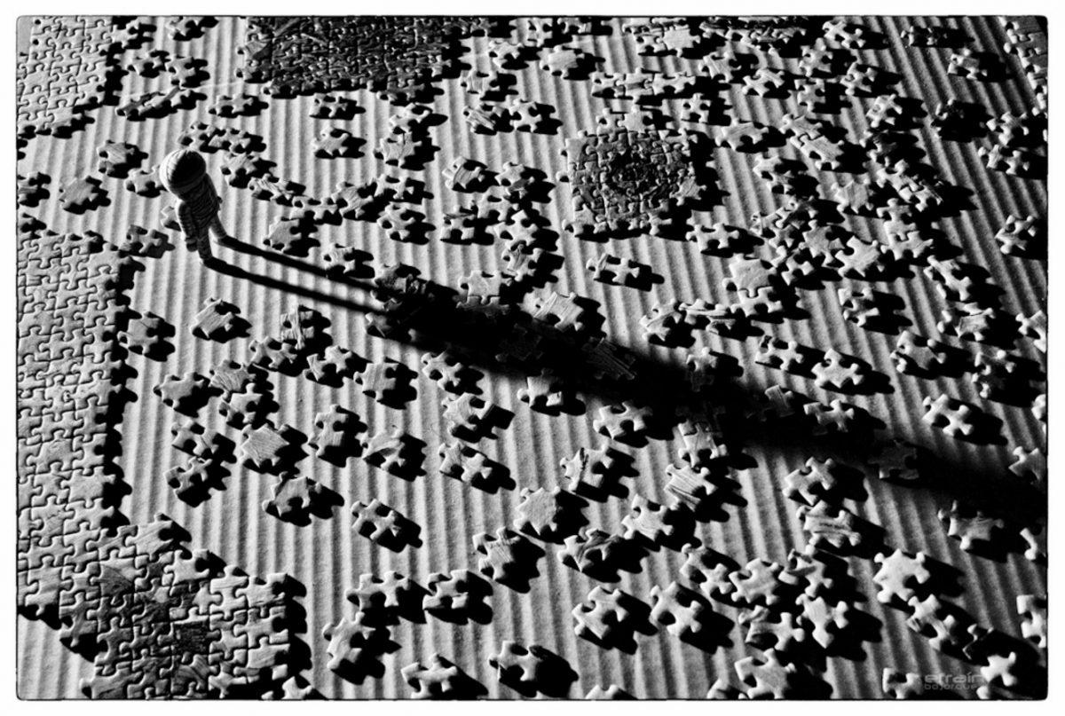 Muñeco perdido entre piezas de un rompecabezas