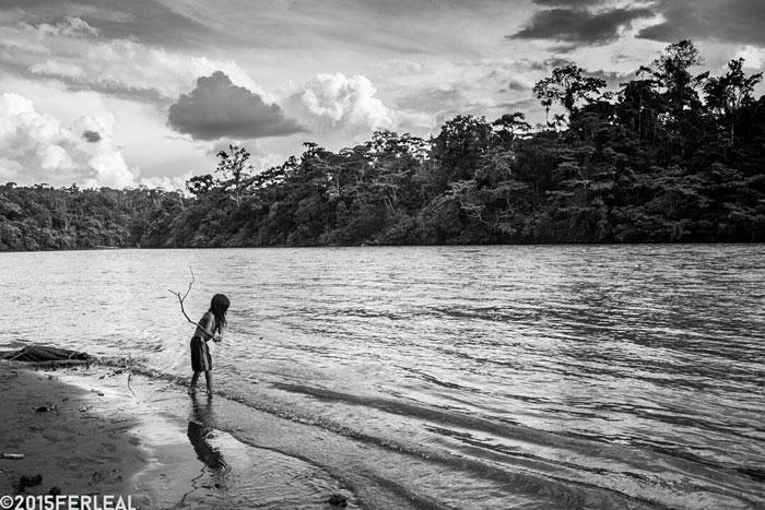 Imagen de un niño a la orilla del río que inspira al relato El Encuentro