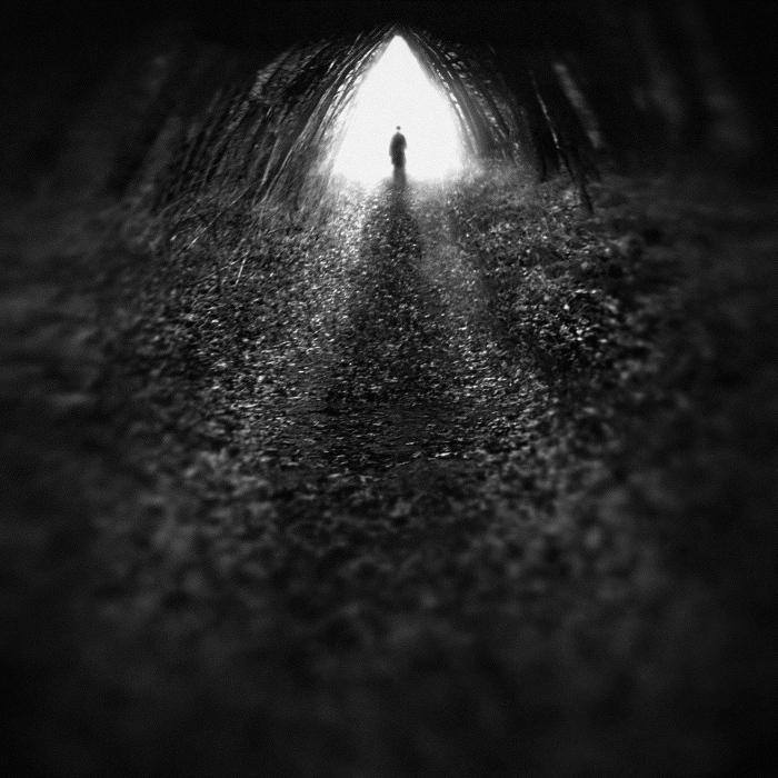 Figura atravesando un túnel para ilustrar el relato El vínculo