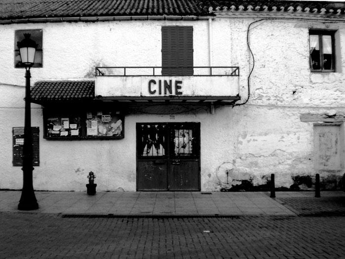 Frontal de un viejo cine para ilustrar el relato Fundido a negro