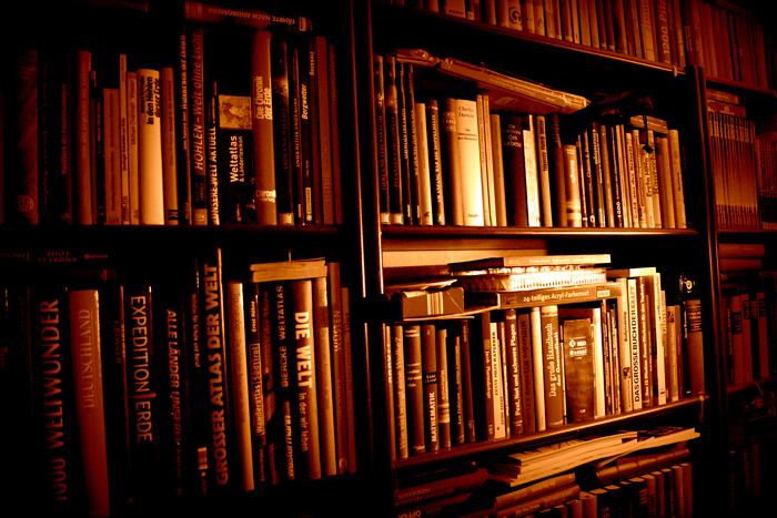 Gran biblioteca de libros. Leer más rápido no nos ayudará a leer mejor.