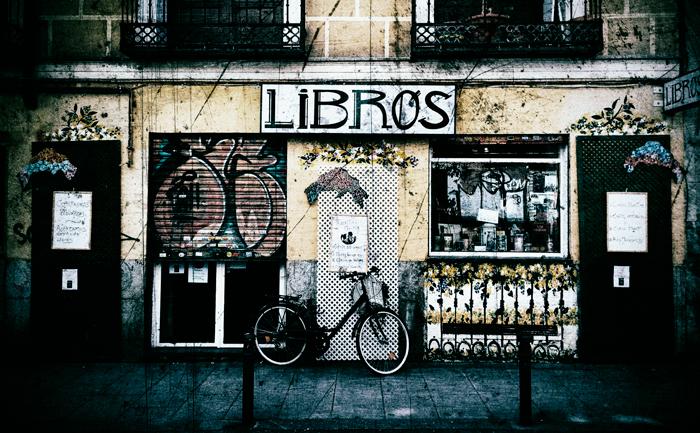 Escaparate de una librería oscuro y lleno de rasguños