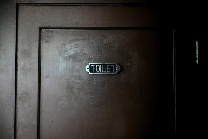 Puerta de un baño público. Un cruel recordatorio diario para muchas personas transgénero