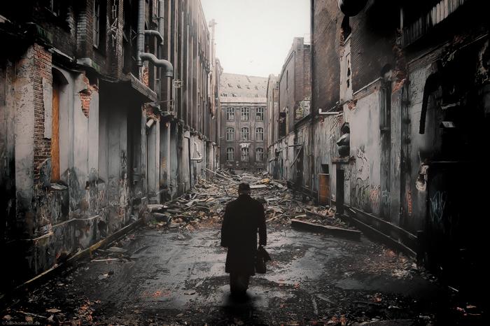 Hombre en callejón en ruinas para el relato serendipia