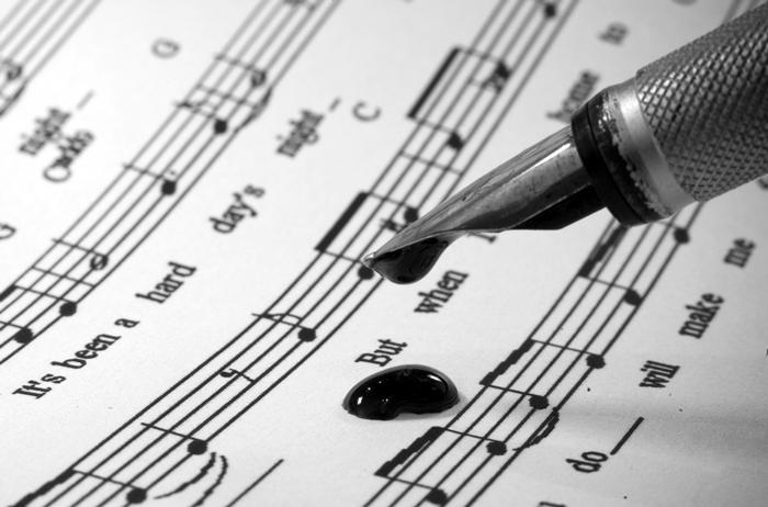 Pluma sobre partitura para ilustrar el texto de la banda sonora de El Tintero Infinito