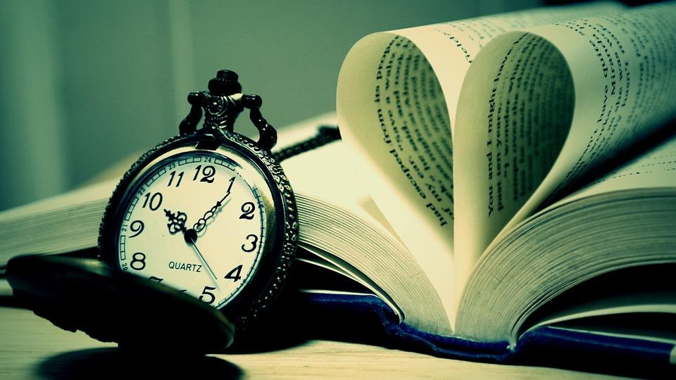 Un libro y un reloj de bolsillo